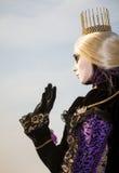 Prinzessin mit Krone, dem blondy Haar und venetianischer Maske während Venedig-Karnevals Stockfoto
