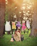 Prinzessin Reading Book im Holz mit Kostümen stockbilder