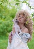 Prinzessin und Katze in ihren Händen, die oben zusammen schauen Lizenzfreies Stockbild