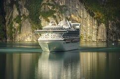 Prinzessinkreuzfahrtschiff, das Vorderansicht segelt Stockfotografie