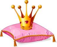 Prinzessinkrone auf dem rosafarbenen Kissen Stockbild