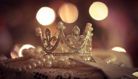 Prinzessinkronen-Tiaraspitze spielt romantisches Weihnachten Lichter bokeh Hochzeit der Schmuckperlentulpenblumen die Hauptrolle Lizenzfreie Stockfotografie