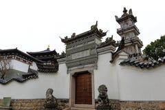 Prinzturmyard von pujisi Tempel im Putuoshan-Insel-Naturschutzgebiet, luftgetrockneter Ziegelstein rgb Lizenzfreie Stockfotos