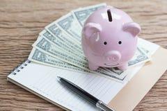 Prioridade financeira dos objetivos e da lista de verificação, rendimento e despesa ou imagens de stock
