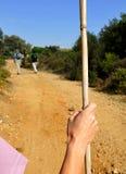 Priorità alta dei pellegrini sul via il de La Plata che camminano verso Castilblanco, provincia di Sevilla, Andalusia, Spagna Fotografie Stock Libere da Diritti