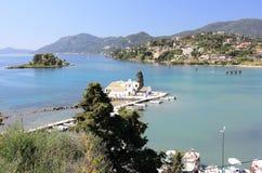 Priorità alta del monastero di Vlacherna e fondo di Pontikonisi visto dalle sommità di Kanoni Isola di Corfù, Mar Ionio, Grecia Immagini Stock