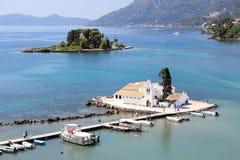 Priorità alta del monastero di Vlacherna e fondo di Pontikonisi visto dalle sommità di Kanoni Isola di Corfù, Mar Ionio, Grecia Immagini Stock Libere da Diritti