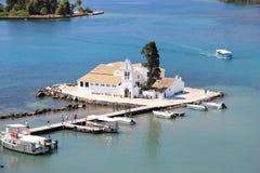 Priorità alta del monastero di Vlacherna e fondo di Pontikonisi visto dalle sommità di Kanoni Isola di Corfù, Mar Ionio, Grecia Fotografia Stock