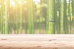 Priorità alta di legno con il fondo di legno di bambù della foresta della sfuocatura Fotografia Stock