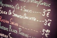 Priorità alta di un manifesto del menu in un ristorante spagnolo tipico, Sevilla, Andalusia, Spagna Immagini Stock