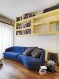 Priorità alta di un sofà blu del tessuto nella vita moderna Fotografia Stock Libera da Diritti