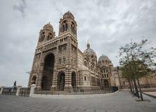 Priorità alta enorme della cattedrale di Marsiglia in un giorno nuvoloso Fotografie Stock