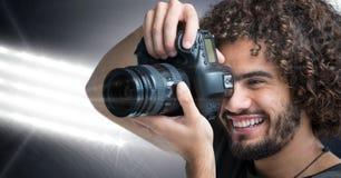 priorità alta felice del fotografo che prende una foto Le luci dello stadio sopra appoggiano Immagini Stock Libere da Diritti
