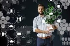 In priorità alta sono le icone virtuali con le nuvole, la gente, aggeggi Media sociali Immagine Stock