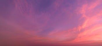 Priorità bassa astratta della natura Cielo stabilito lunatico del sole rosa e porpora delle nuvole fotografia stock