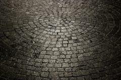 Priorità bassa bagnata scura del cobblestone fotografia stock libera da diritti