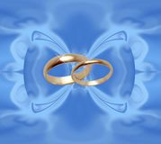 Priorità bassa blu con gli anelli di cerimonia nuziale Fotografia Stock Libera da Diritti