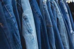 Priorità bassa blu dei jeans del denim Blue jeans allineate Fotografie Stock Libere da Diritti