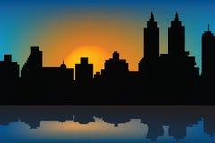 Priorità bassa con il tramonto e gli skyscrapes Fotografia Stock