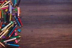Priorità bassa con le matite colorate fotografia stock