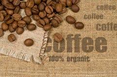 Priorità bassa con struttura dei chicchi di caffè e della tela da imballaggio Fotografie Stock Libere da Diritti