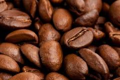 Priorità bassa dei chicchi di caffè. Tiro a macroistruzione Immagine Stock