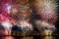 Priorità bassa dei fuochi d'artificio con l'orizzonte della città Fotografia Stock