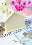 Priorità bassa dei soldi e della casa di legno immagini stock