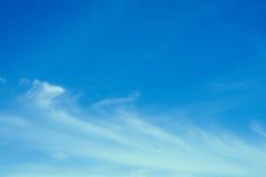 Priorità bassa del cielo blu con le nubi molto piccole Immagine Stock Libera da Diritti