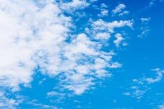 Priorità bassa del cielo blu con le nubi molto piccole Fotografia Stock