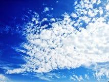 Priorità bassa del cielo blu con le nubi molto piccole fotografia stock libera da diritti