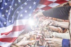 Priorità bassa del grunge di indipendenza Day Gli Americani felici celebrano la festa dell'indipendenza in mezzo della bandiera a Fotografia Stock Libera da Diritti