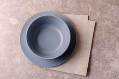 Priorità bassa dell'alimento Piatto vuoto bianco, coltelleria, tovagliolo Vista superiore, c Fotografia Stock