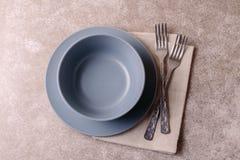 Priorità bassa dell'alimento Piatto vuoto bianco, coltelleria, tovagliolo Vista superiore, c Immagine Stock Libera da Diritti