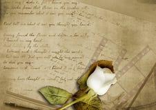 Priorità bassa dell'annata con la rosa sbiadetta e la vecchia lettera fotografia stock