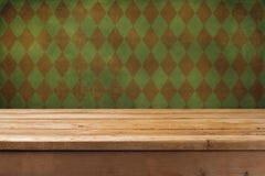 Priorità bassa dell'annata con la tabella di legno Fotografia Stock Libera da Diritti