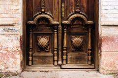 Priorità bassa dell'annata Elementi di vecchia porta di legno scolpita decorato con l'imitazione di legno scolpita voluminosa deg Fotografia Stock Libera da Diritti