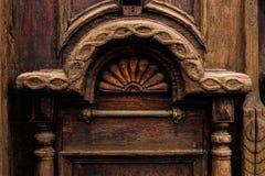 Priorità bassa dell'annata Elementi di vecchia porta di legno scolpita decorato con l'imitazione di legno scolpita voluminosa deg Immagini Stock