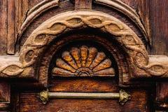 Priorità bassa dell'annata Elementi di vecchia porta di legno scolpita decorato con l'imitazione di legno scolpita voluminosa deg Immagini Stock Libere da Diritti