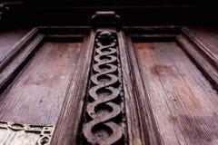 Priorità bassa dell'annata Elementi di vecchia porta di legno scolpita decorato con l'imitazione di legno scolpita voluminosa deg Fotografia Stock