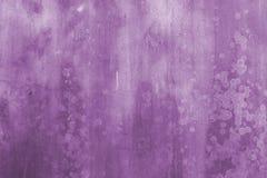 Priorità bassa dell'estratto della parete di Grunge nella porpora Fotografia Stock Libera da Diritti