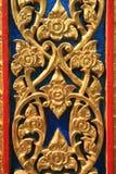 Priorità bassa dell'ornamento: scultura del metallo dell'oro di flowe Fotografia Stock