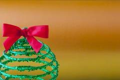 Priorità bassa dell'oro con la decorazione dell'albero di Natale Fotografie Stock Libere da Diritti
