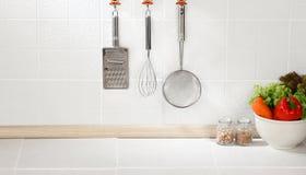 Priorità bassa della cucina con l'utensile Fotografia Stock