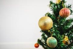 Priorità bassa della decorazione di natale Albero di Natale con la decorazione variopinta, su fondo bianco con lo spazio della co Fotografia Stock