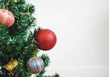 Priorità bassa della decorazione di natale Albero di Natale con la decorazione variopinta, su fondo bianco con lo spazio della co Fotografie Stock