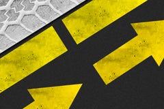 Priorità bassa della freccia dell'asfalto del pneumatico Fotografia Stock Libera da Diritti