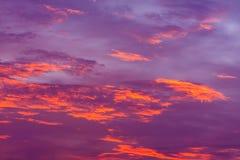 Priorità bassa della natura Cielo rosso alla notte ed alle nuvole Bello e co fotografie stock libere da diritti