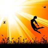 Priorità bassa della natura con la ragazza di salto della siluetta Immagini Stock