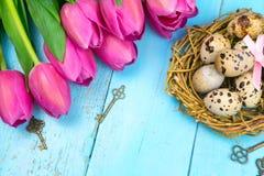 Priorità bassa della sorgente Un mazzo dei tulipani su un fondo di legno pasqua fotografia stock libera da diritti